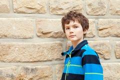 Adolescente delante de una pared de ladrillo Fotos de archivo
