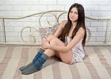 Adolescente delgado atractivo en mitad-manguera en cama Foto de archivo