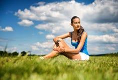 Adolescente delgado bronceado en un campo verde Imagen de archivo