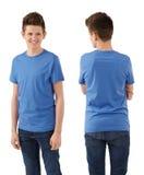 Adolescente delgado con la camisa azul en blanco Imagen de archivo libre de regalías