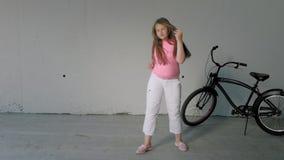 Adolescente della ragazza che balla su un fondo grigio Ballo della via archivi video