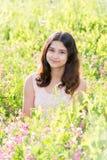 Adolescente della ragazza sul bello prato Fotografia Stock