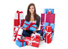Adolescente dentro de la pila de presentes Fotografía de archivo libre de regalías