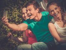 Adolescente deportivo en un parque que toma el selfie Imagen de archivo libre de regalías