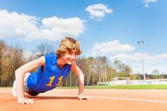 Adolescente deportivo que hace ejercicios de los pectorales Fotografía de archivo