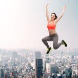 Adolescente deportivo que salta en ropa de deportes Imagen de archivo libre de regalías