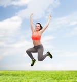 Adolescente deportivo que salta en ropa de deportes Foto de archivo libre de regalías