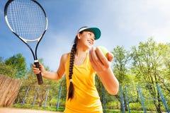Adolescente deportivo que se prepara para servir en una corte Foto de archivo libre de regalías