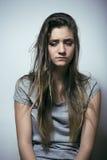 Adolescente depressioned problema con el pelo ensuciado y la cara triste, cierre real del drogadicto para arriba Fotografía de archivo