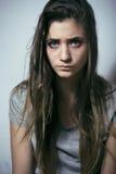 Adolescente depressioned problema con el pelo ensuciado y la cara triste, cierre real del drogadicto para arriba Imágenes de archivo libres de regalías