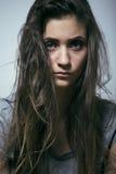 Adolescente depressioned problema con el pelo ensuciado y la cara triste, cierre real del drogadicto para arriba Fotos de archivo