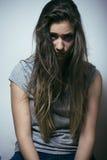Adolescente depressioned problema con el pelo ensuciado y la cara triste, cierre real del drogadicto para arriba Fotografía de archivo libre de regalías