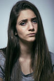 Adolescente depressioned problema con el pelo ensuciado y la cara triste, mún cierre de mirada de la muchacha del drogadicto real Imagenes de archivo