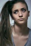 Adolescente depressioned problema con el pelo ensuciado y la cara triste, mún cierre de mirada de la muchacha del drogadicto real Imágenes de archivo libres de regalías