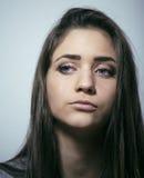 Adolescente depressioned problema con el pelo ensuciado y la cara triste, mún cierre de mirada de la muchacha del drogadicto real Imagen de archivo