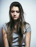 Adolescente depressioned problema con el pelo ensuciado y la cara triste, mún cierre de mirada de la muchacha del drogadicto real Imagen de archivo libre de regalías