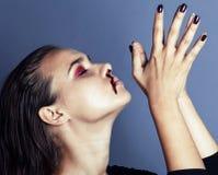 Adolescente depressioned problema con la nariz de la sangría, cierre real del drogadicto encima del concepto enojado de la corrie Fotos de archivo