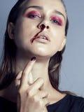 Adolescente depressioned problema con la nariz de la sangría, cierre real del drogadicto para arriba Foto de archivo libre de regalías
