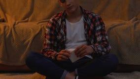 Adolescente depresso che stacca immagine con la sua amica, freno sul concetto archivi video