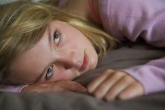 Adolescente deprimido que encontra-se no quarto Imagem de Stock