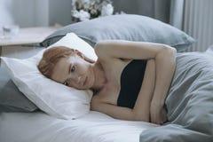 Adolescente deprimido que miente en cama Foto de archivo libre de regalías