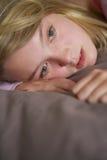 Adolescente deprimido que miente en dormitorio Fotos de archivo