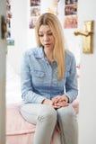 Adolescente deprimido que se sienta en dormitorio Fotografía de archivo libre de regalías