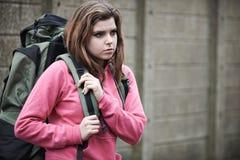 Adolescente desabrigado em ruas com mochila imagem de stock