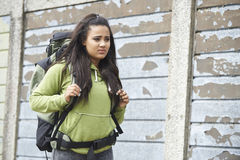 Adolescente desabrigado na rua com mochila imagem de stock