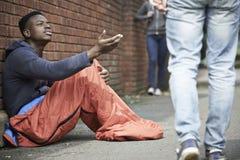 Adolescente desabrigado que implora pelo dinheiro na rua Fotos de Stock Royalty Free