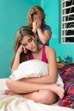 Adolescente desafiante con su madre que llora en el fondo Fotos de archivo libres de regalías