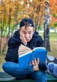 Adolescente descontentado con el libro Imagen de archivo