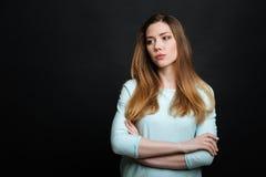 Adolescente descontentado que expresa el descontento en el estudio Imágenes de archivo libres de regalías