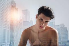 Adolescente desnudo con un corte de pelo moderno Foto de archivo
