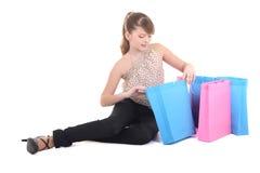 Adolescente después de hacer compras sobre blanco Fotos de archivo