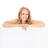 Adolescente detrás de la pared blanca Fotografía de archivo