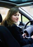 Adolescente detrás de la rueda. Imagen de archivo