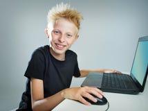 Adolescente detrás de un ordenador Fotografía de archivo