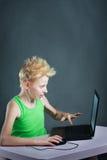Adolescente detrás de un ordenador Imagenes de archivo