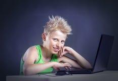 Adolescente detrás de un ordenador Imágenes de archivo libres de regalías