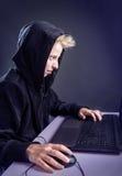 Adolescente detrás de un ordenador Foto de archivo libre de regalías