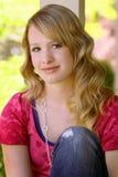 Adolescente di Actractive che si siede sul portico immagine stock libera da diritti