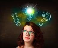 Adolescente di Preety con l'illustrazione disegnata a mano della lampadina Fotografie Stock Libere da Diritti