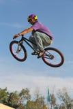 adolescente di riciclaggio BMX immagine stock