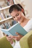 adolescente di seduta felice degli allievi del libro Fotografie Stock Libere da Diritti