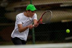 Adolescente di tennis del fuoco del giocatore Fotografie Stock Libere da Diritti