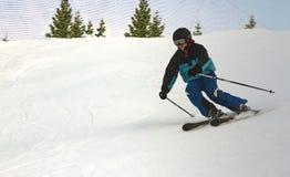 Adolescente disfruta de esquí alpino competitivo Imagenes de archivo