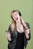 Adolescente disfruta de música Imagen de archivo