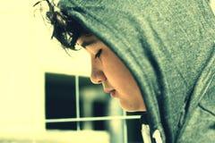 Adolescente disturbato triste del ragazzo di scuola che indossa un cappuccio - fine su nello stile istantaneo della foto con i co immagine stock libera da diritti