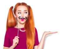 Adolescente divertido con el bigote de papel en el palillo Imagen de archivo libre de regalías